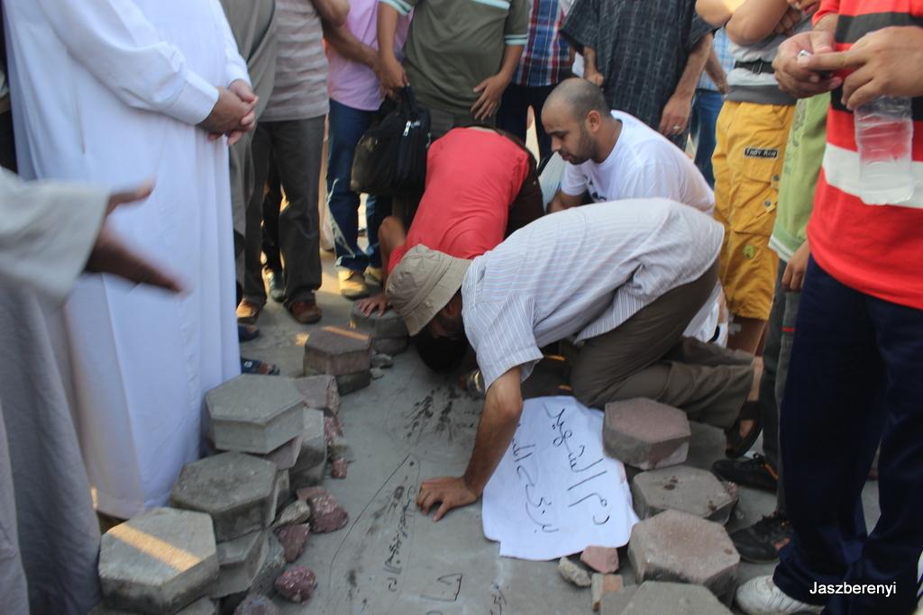 A hadsereg által meggyilkolt Muzulmán Testvériség támogató vérét szagolgatják a Testvériség tüntetésén 2013-ban. Állítólag rózsa vagy tömjénillata volt. Ennyit a mártírkultuszról.