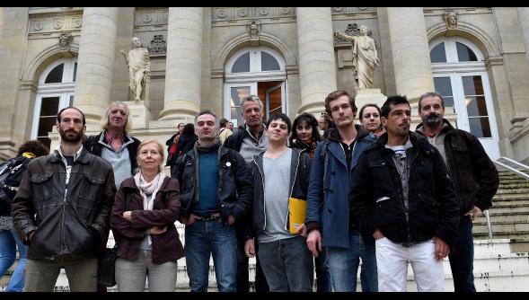 A Confédération elítélt tagjai a bíróság épülete előtt.