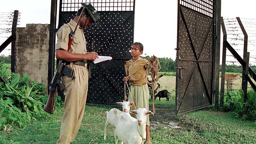 Indiai határőr a bangladesi határ egyik checkpointjánál.