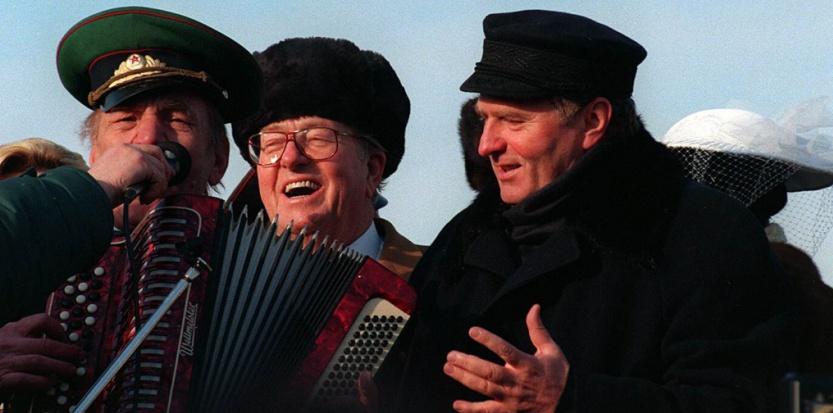 Jean-Marie le Pen Moszkvában ünnepel a nacionalista Zsirinovszkij  ezüstlakodalmán 1996-ban Fotó: SHONE NESIC V./SIPA, NouvelObs