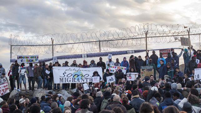 Tüntetés idén február 6-án a ceutai kerítés előterében, a Tarajal strandján; Robert Bonet, eldiario.es
