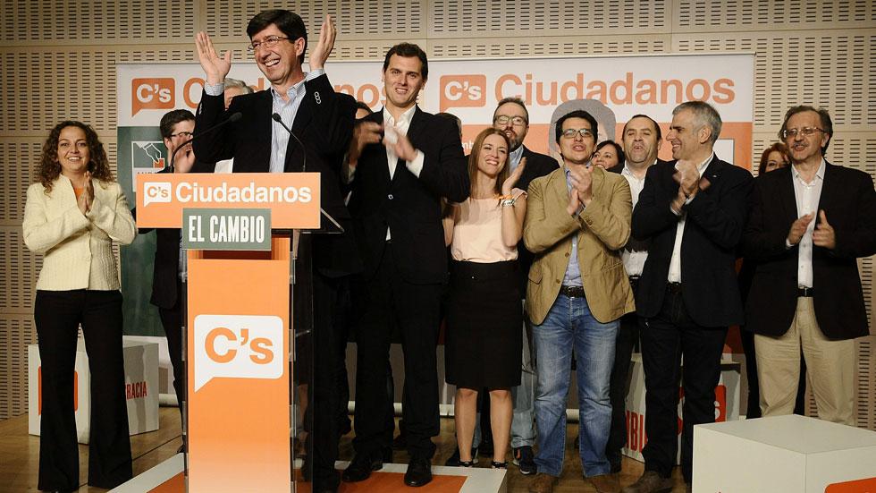 Albert Rivera, a Ciudadanos elnöke az andalúz jelölt mögött áll, a 9 képviselői széket hozó andalúz választások utáni sajtótájékoztatón március 22-én.