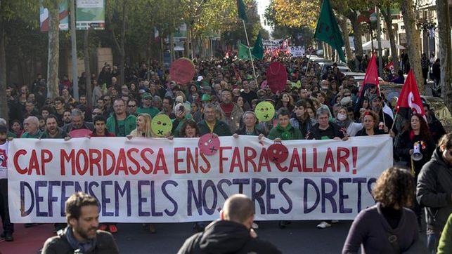 Tüntetés Barcelonában a szájkosár-törvény ellen.