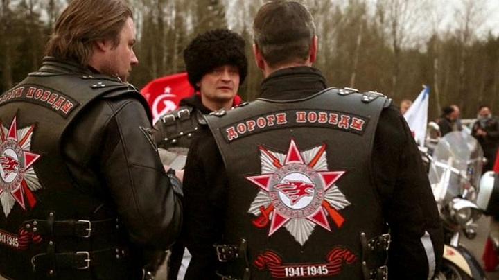 Nem jutottak át. Az orosz Éjszakai Fakasok motoros klub tagjai tanácstalanul egyeztetnek a lengyel-fehérorosz határon.