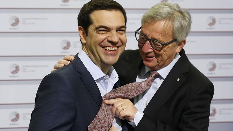 Jean-Claude Juncker Alekszisz Ciprásszal mókázik egy május végi csúcson. Fotó: Mindaugas Kulbis/AP