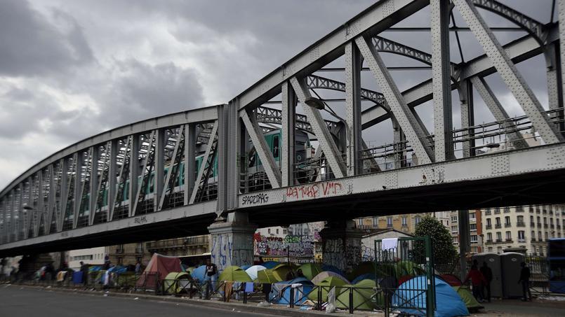 Több száz migráns, köztük menekültek tavaly nyár óta álló tábora Párizs északi részén. A szocialista kormány és városvezetés is támogatta, hogy június 2-án kiürítsék az április óta sokat nőtt tábort. Fotó: Eric Feferberg, AFP.