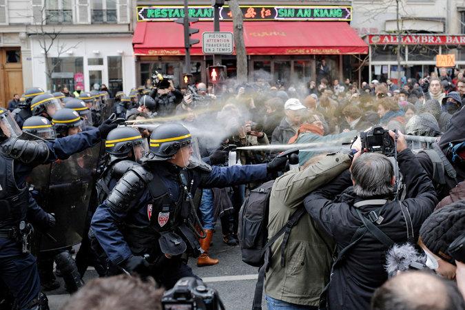 Rendőrök akciója november 29-én a tüntetők ellen; Fotó: Laurent Cipriani, Associated Press; NYT