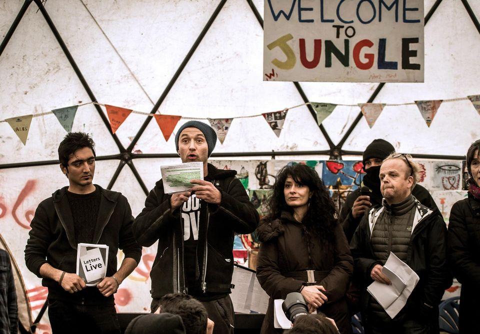 Jude Law egy afgán fiatalember, és Shappi Khorsandi, Toby Jones előadóművészek társaságában február 21-én a Dzsungel területén épült színházban. Fotó: Philippe Huguen, AFP. Forrás: Libération