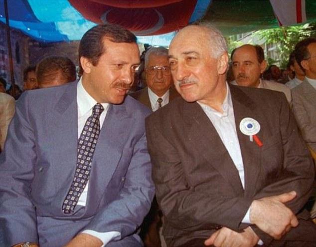 Erdoğan (balra) és Gülen egy régi fotón
