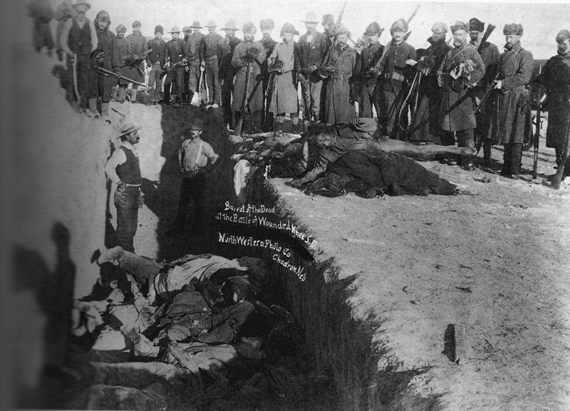 Tömegsírba temetik az indián áldozatokat; Fotó: Northwestern Photo Co. - Library of Congress Prints and Photographs Division; Forrás: Wikipedia