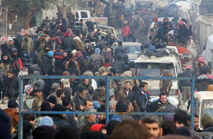 Lázadók és civilek várják, hogy kimenekítsék őket Aleppó keleti részéből 2016 december 16.-án. Fotó: REUTERS/Abdalrhman Ismail