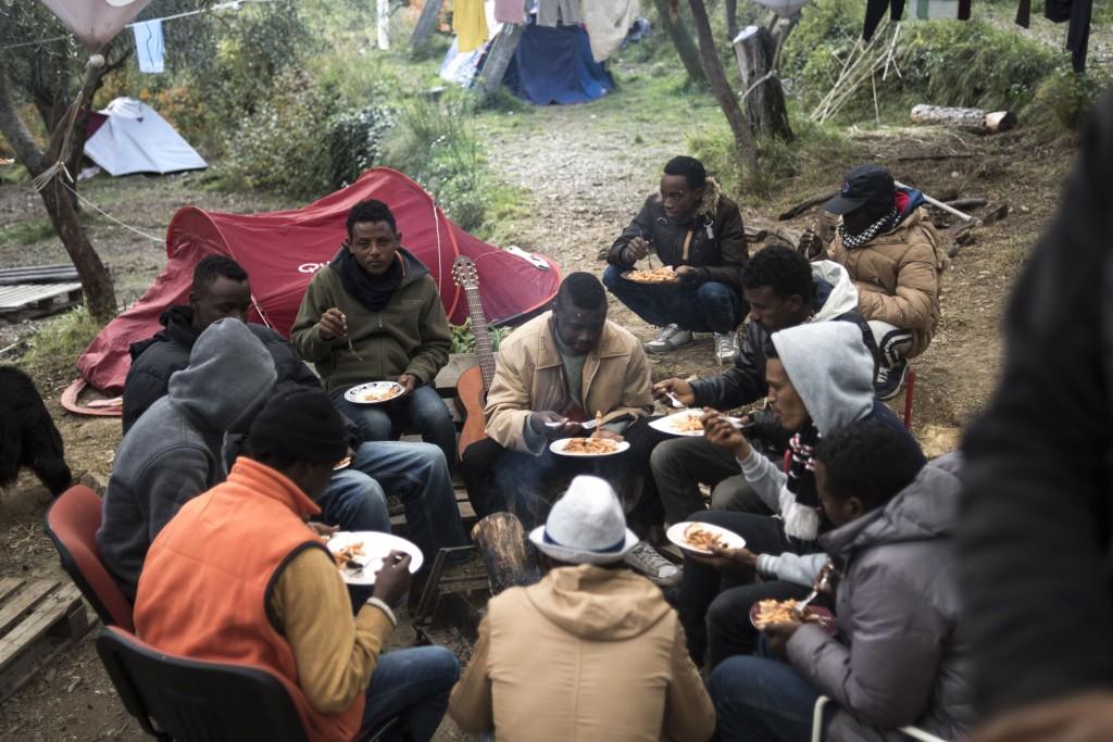 Közös ebéd Herrou kertjében; fotó: Sinawi Medine, Le Monde