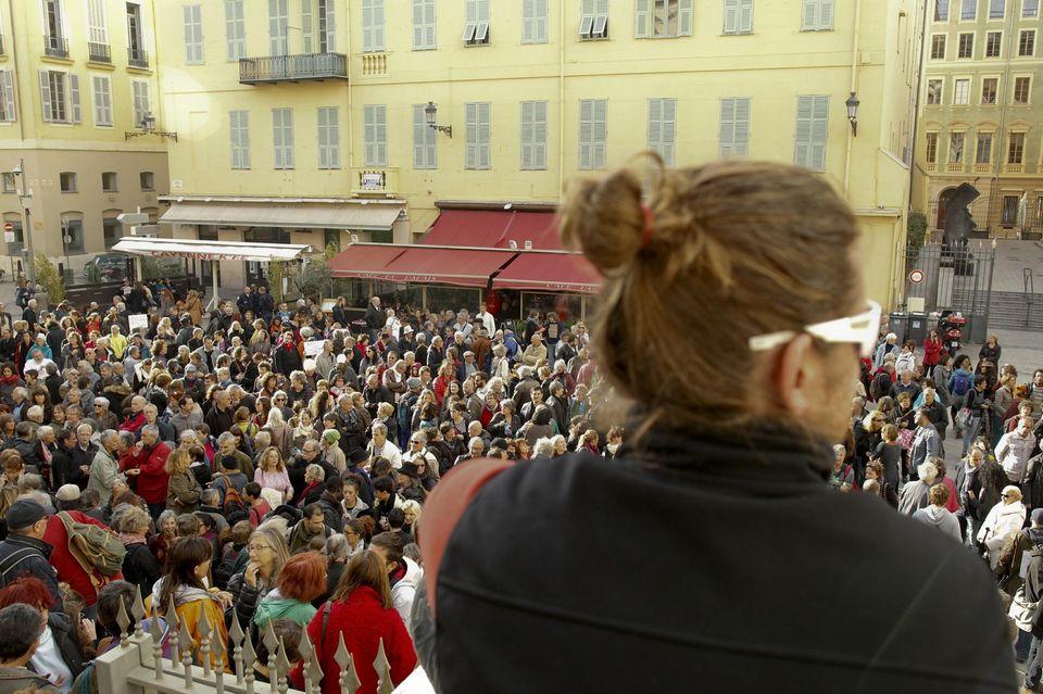 Támogatók Herrou és M perének első napján a nizzai bíróság előtt; forrás: Libération