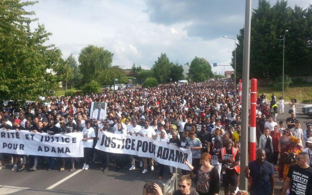 Több mint 2000 tüntető követel igazságot Adamának július 22-én, Beaumont-sur-Oise-ban; fotó: LP/F.Naizot, Le Parisien