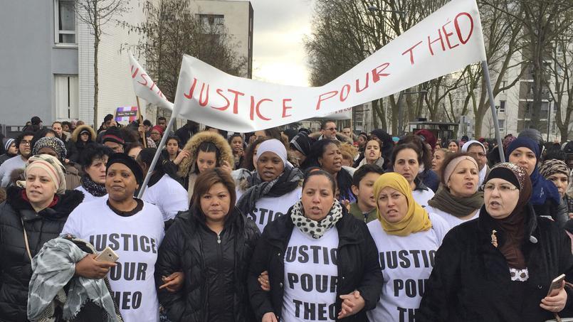 Nők, többségükben családanyák vezették a hétfő tüntetést Aulnay-sous-Boisban; fotó: Milos Krivokapic, AP, forrás: Le Figaro