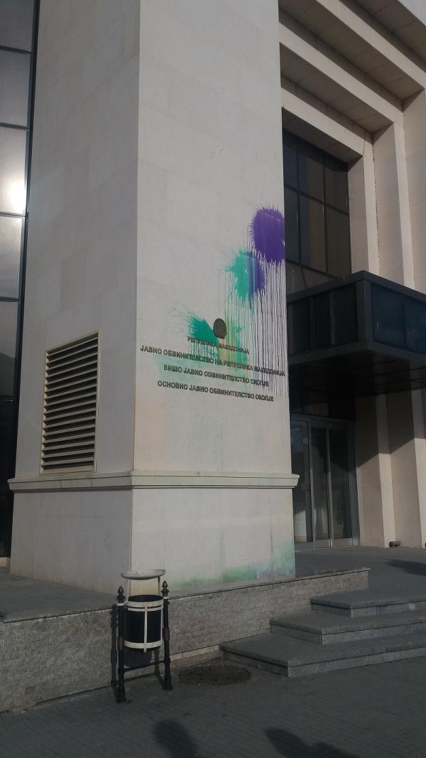 a tüntetésekből maradt festéknyomok