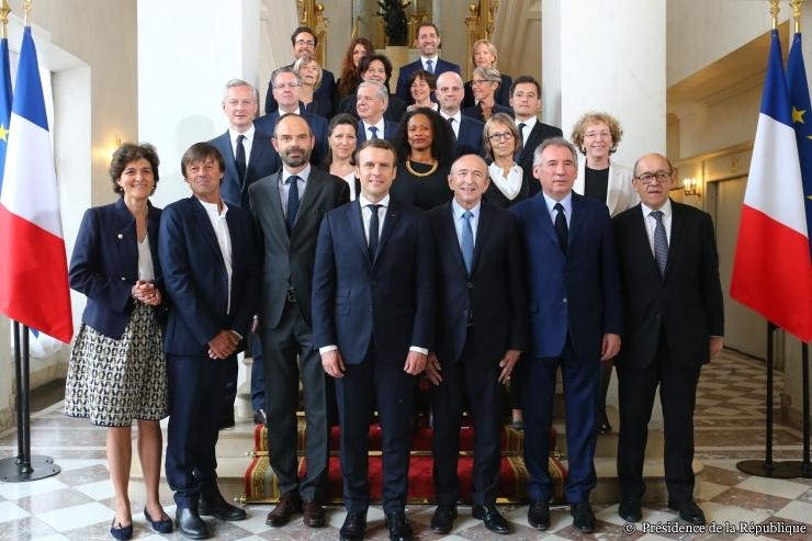 """Az első Macron-kormány """"családi fotója"""", az elnök mellett balra a kormányfő, Édouard Philippe; forrás: elysee.fr"""