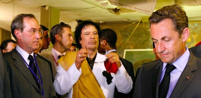 Claude Guéant, Mouammar Kadhafi et Nicolas Sarkozy, en juillet 2007, à Tripoli. © Reuters