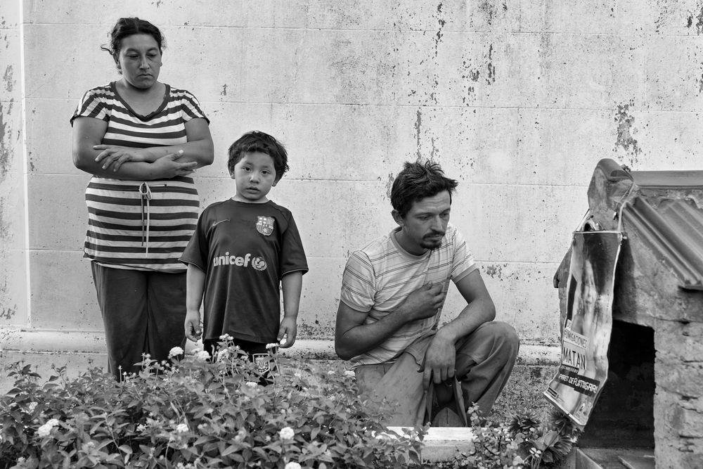 A képen David Rivero és családja tisztelegnek fia sírjánál, aki növényvédő szerek belélegzése miatt halt meg; Argentína a világ harmadik szójatermelője, óriási és egyre növekvő mennyiségben használja a glifozátot; fotó: Alvaro Ybarra Zavala