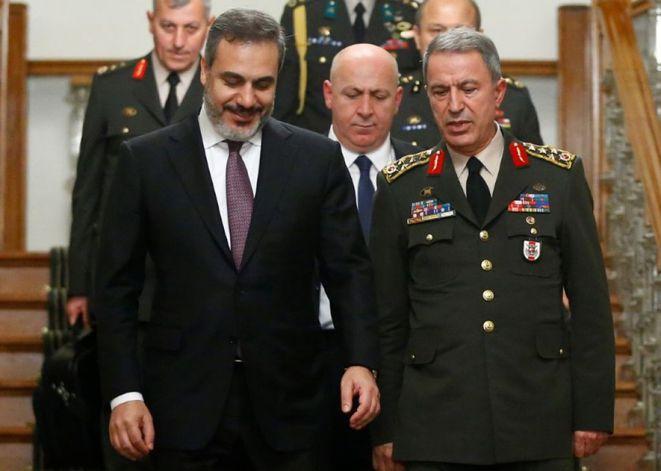Hakan Fidan (gauche), chef des services secrets turcs, et Hulusi Akar (droite), chef d'état-major des armées, en octobre 2016 © reuters