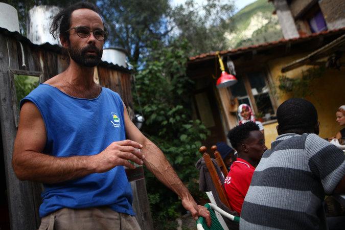 Az ügyészség letöltendő börtönnel büntetné a képen látható Cédric Herrou-t, aki az utóbbi években több ezer migránsnak, köztük sok gyereknek nyújtott menedéket és segítséget társaival a Roya völgyében. A fotó a New York Times tavalyi portréjában jelent meg.