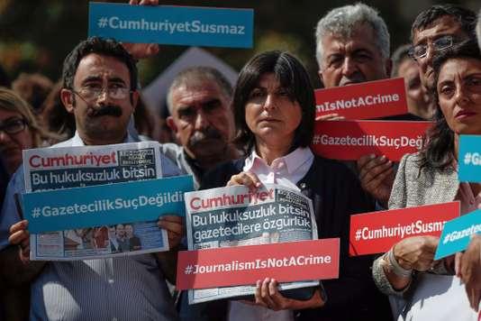 Tiltakozók a szeptember 25-ei tárgyalási napon