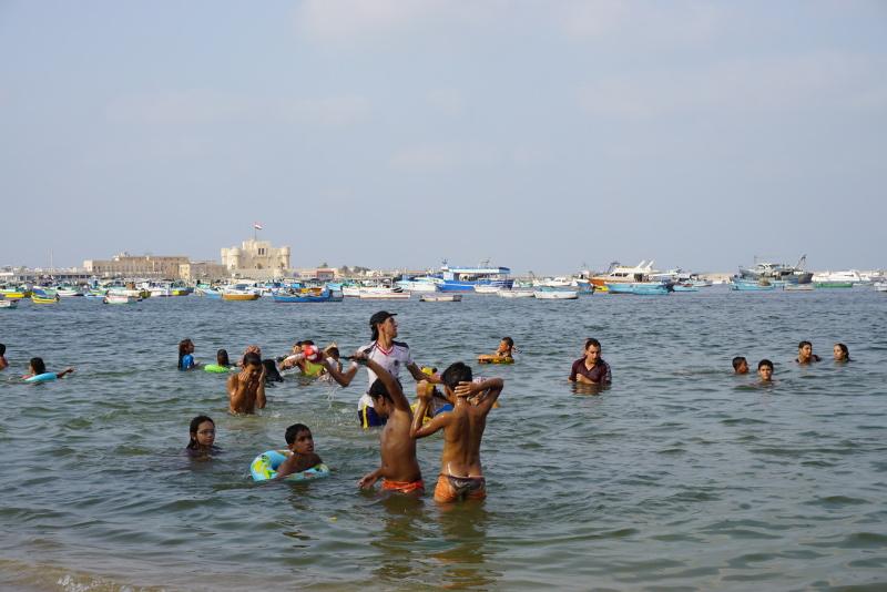 A Földközi-tengerben fürdőző fiatalok Alexandriában. Fotó: Sipos Zoltán