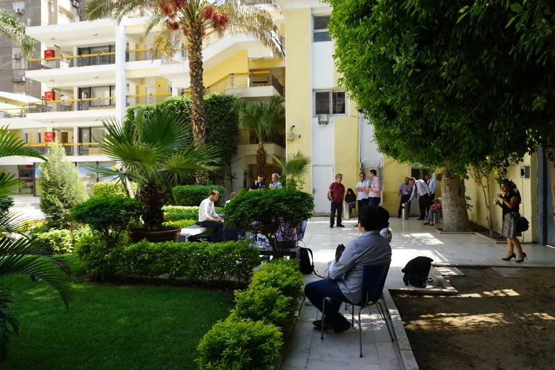 A HOPES projektben részt vevő diákokkal találkozunk a British Council kairói épületének az udvarán. Fotó: Sipos Zoltán
