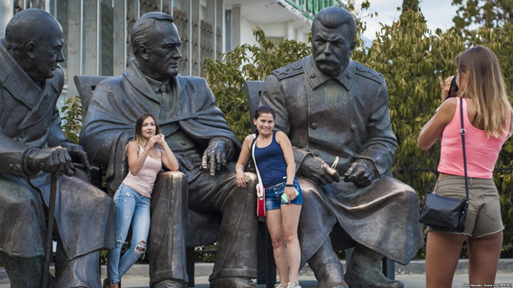 Az oroszok több, mint 62% - úgy gondolja, hogy  Sztalin  sikereinek helye van köztereken. Kép: Alina Smutko, krymr.org