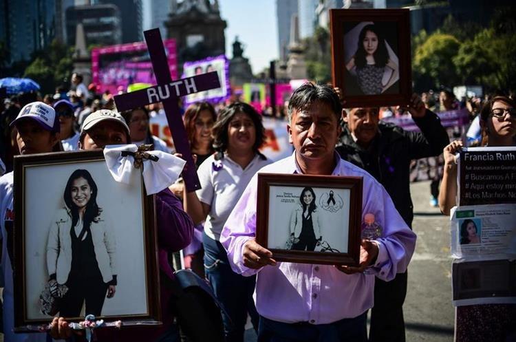 Mexikói tüntetők a halálos áldozatok fotóival