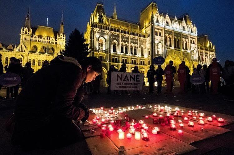 Magyar tüntetők a Parlament előtt, fotó forrása