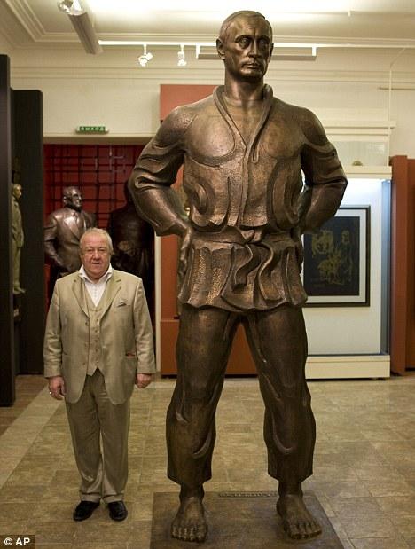 Vlagyimir Putyin 5 méteres szobra. A dzsudokiban feszítő orosz elnök jobbján: Tsereteli szobrász.