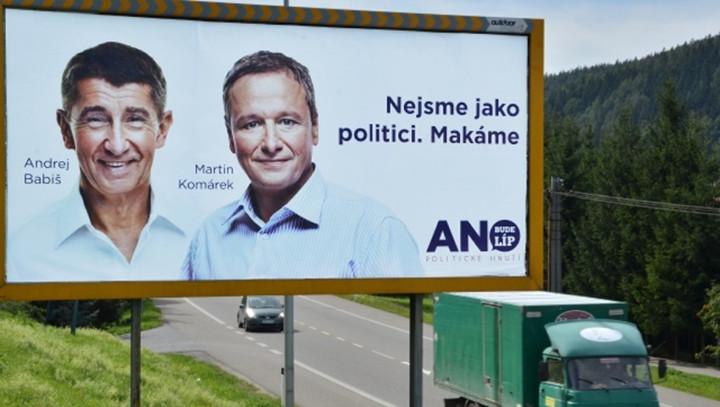 """""""Nem olyanok vagyunk, mint a politikusok. Melózunk"""" - Az ANO 2013-as választási plakátja. Fotó: ČTK"""