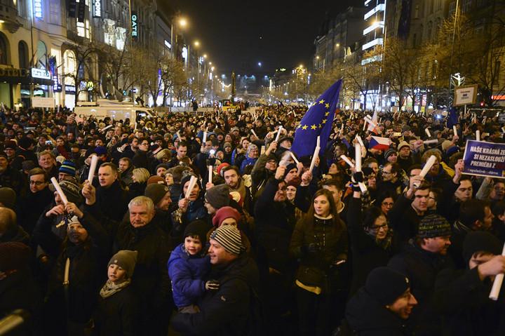Kép: Demonstráció Prágában, Ondráček kinevezése ellen, 2018 március 5. Fotó: Zbynek Pecák, reflex.cz