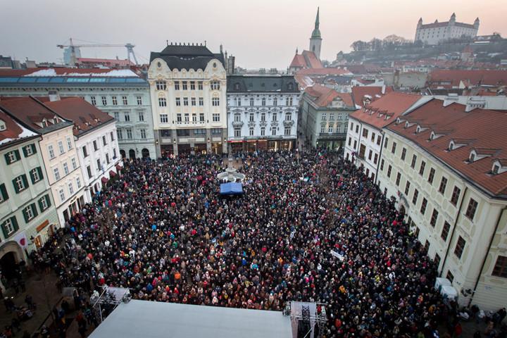 Kép: 2018 március 11. Pozsony, Főtér, Szlovákia. Koncert Ján Kuciak meggyilkolt oknyomozó újságíró emlékére. Fotó: Denník N, Tomáš Benedikovič