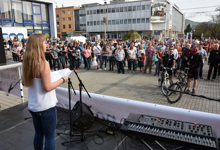 """Szlovákiában nyolcadik hete tartanak az országos tüntetések. """"A tisztességes Szlovákiáért"""" mozgalom április 18-án Pozsonyban és Homonnán (képünkön) folytatták tiltakozó akciójukat. Fotó: napalete.sk"""