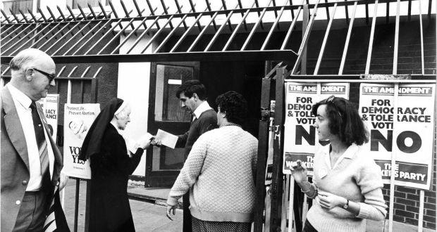 Egy apáca IGEN lapokat osztogat egy dublini szavazókörnél 1983-ban; Fotó: Pat Langan