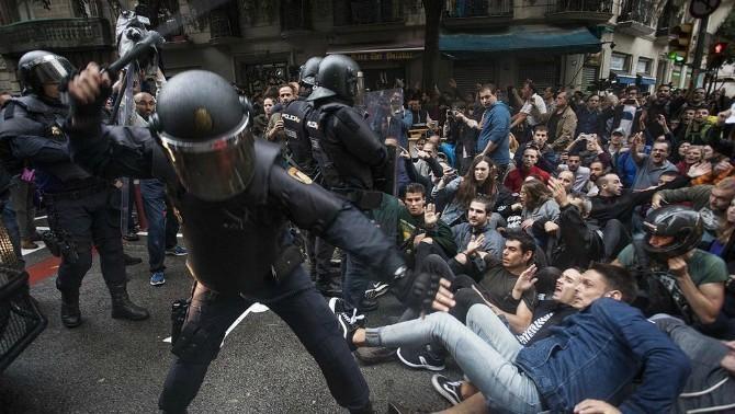 A 2017. október 1-én zajlott referendum lebonyolítását megakadályozni próbáló rendőri erőkről készült egyik, virálissá vált felvétel.