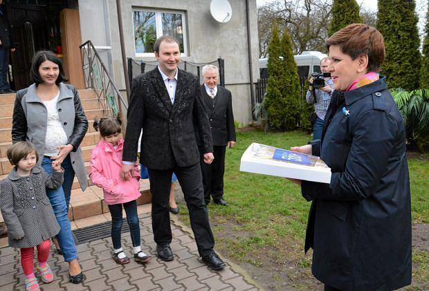 Beata Szydlo személyesen mutatja be az 500 programot egy lengyel családnak. Fotó: Agencja Gazeta, Ranciszek Mazur.