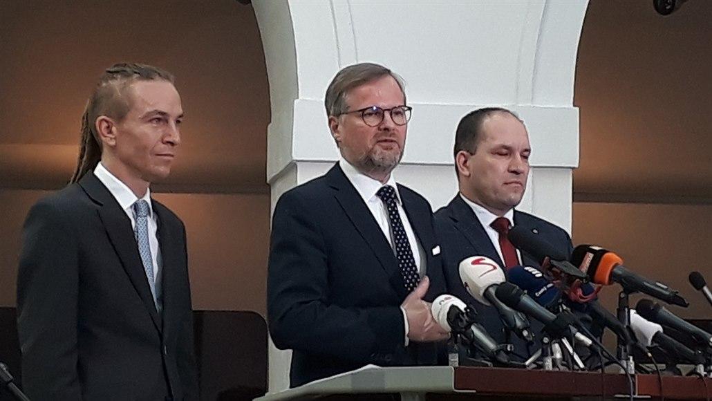 Ivan Bartoš, a Kalózpárt elnöke, Petr Fiala, az ODS elnöke, Marek Výborný a KDU-ČSL parlamenti képviselője csütörtöki sajtótájékoztatójukon bejelentették, hogy kezdeményezték a parlament rendkvüli ülésének összehívását a miniszterelnök ellen kezdeményezett büntetőeljárás miatt. Fotó: Josef Kopecký, iDNES.cz
