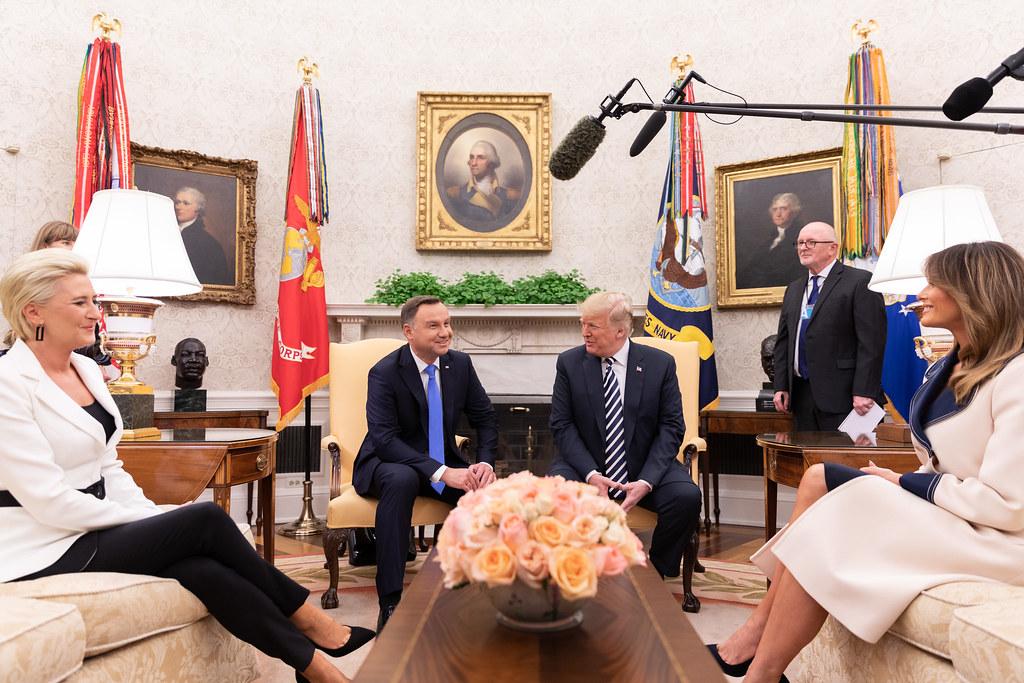 Donald Trump amerikai elnök és Melania Trump First Lady üdvözli Andrej Duda lengyel köztársasági elnököt és feleségét, Agata Kornhauser-Dudát a Fehér Házban. Kép forrása: Flickr