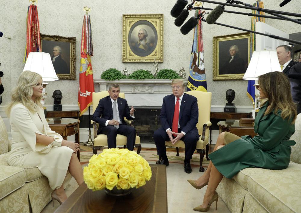Donald Trump amerikai elnök (balra) és Andrej Babiš cseh miniszterelnök (jobbra) a Fehér Házban. A kép előterében Monika Babišová és MelaniaTrump ülnek a kanapén. Kép forrása: