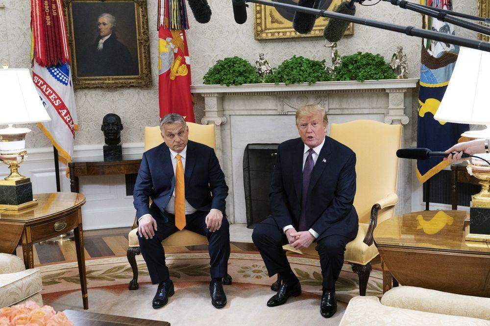 Donald Trump amerikai elnök üdvözli Orbán Viktor magyar miniszterelnököt a Fehér Házban. Kép forrása: Chris Kleponis/Pool via Bloomberg