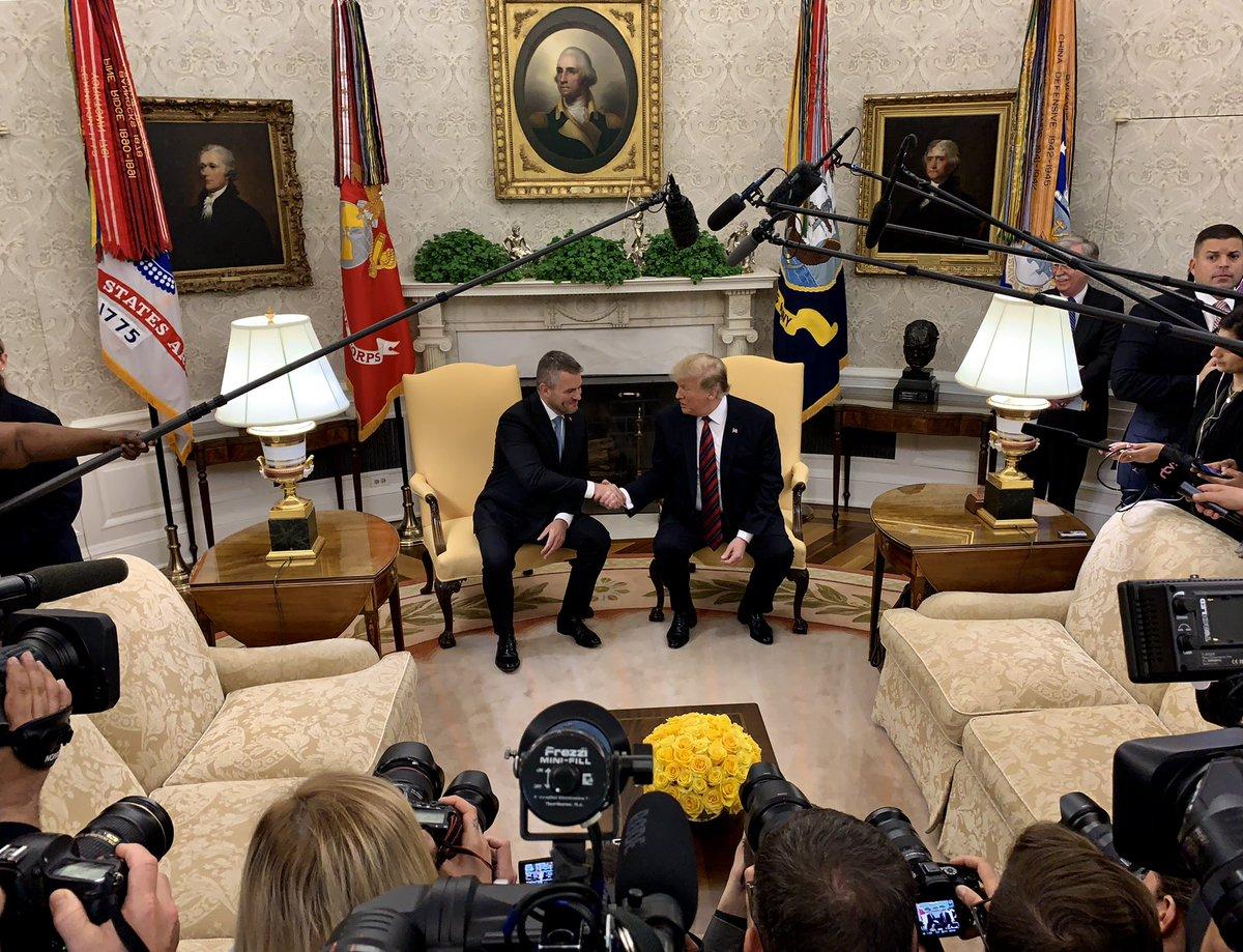 Donald Trump amerikai elnök üdvözli Peter Pellegrini szlovák miniszterelnököt a Fehér Házban. Kép forrása: Dan Scavio Jr., Twitter.