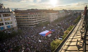 Vezető képünkön a prágai Vencel-téren május 21-i 50 ezer fős kormány-ellenes tüntetést látják. Fotó: Gabriel Kuchta, Deník N