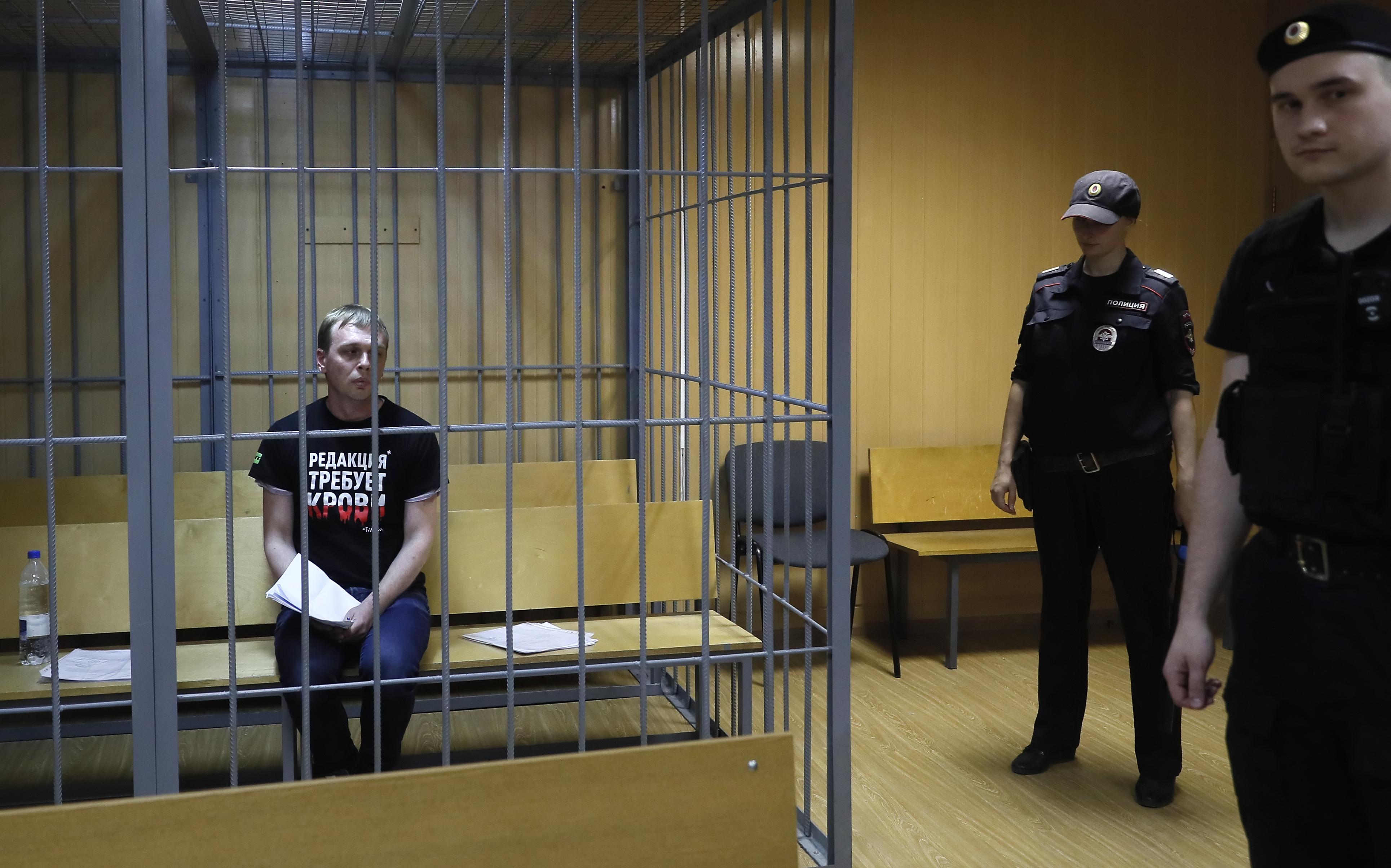 A vezető képen a 2019 június 6-án őrizetbe vett Ivan Golunov újságírót, a Meduza híroldal munkatársát látják a moszkvai Nikulinszkij Bíróságon június 8-án lefolytatott tárgyalás előtt. Fotó: EPA-EFE/Szergej Ilnyitszkij