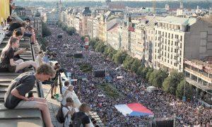 A vezető képen az Andrej Babiš cseh miniszterelnök elleni demonstrációt látják a Vencel-tér en álló egyik ház tetejéről 2019 június 4-én. Fotó: aktualne.cz
