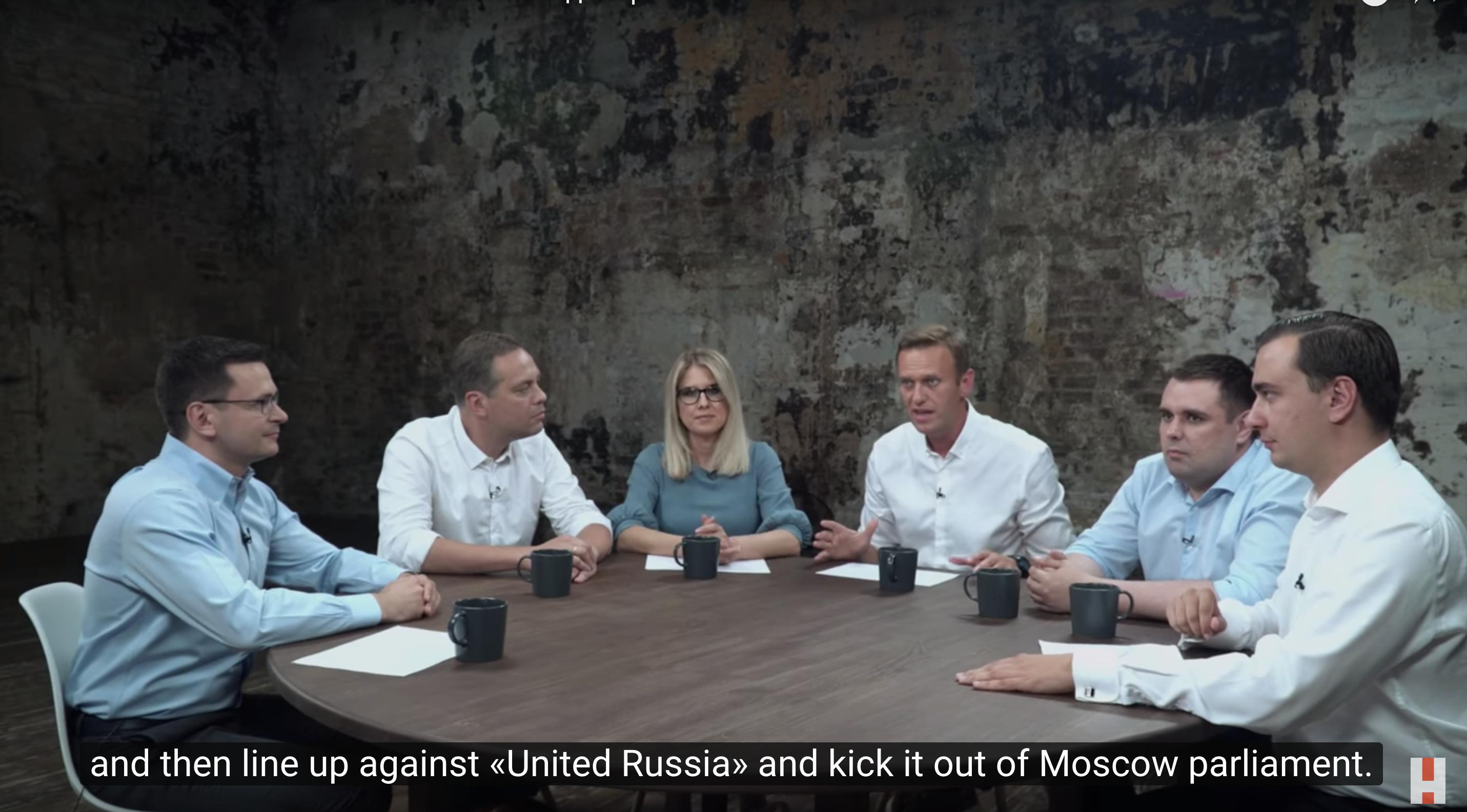 Képünkön a Alekszej Navalnij orosz ellenzéki politikust (középen) és a Korrupcióellenes Alap munkacsoport tagjait látják. A kép forrása: youtube.com