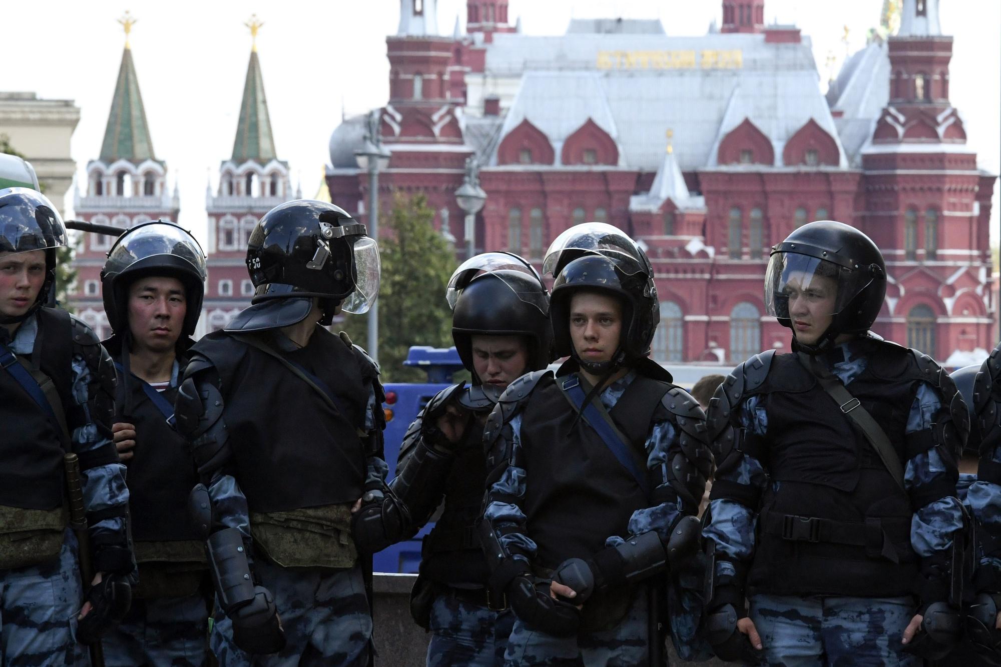 Vezető képünkön orosz rendőröket látnak. Fotó: KIRILL KUDRYAVTSEV/AFP/Getty Images.