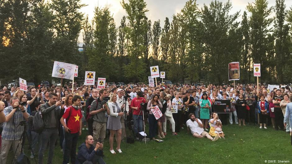 A moszkvai lakosság tiltakozása egy az orosz főváros mellé tervezett autópálya-építés ellen. A környék egy elhagyatott nukleáris hulladéktárolót rejt a föld alatt. A helyiek szerint az építkezés során veszélybe kerülhet az életkörnyezetük, mert radiaktív por kerülhet a levegőbe és a Moszkva folyóba is. Fotó: DW.